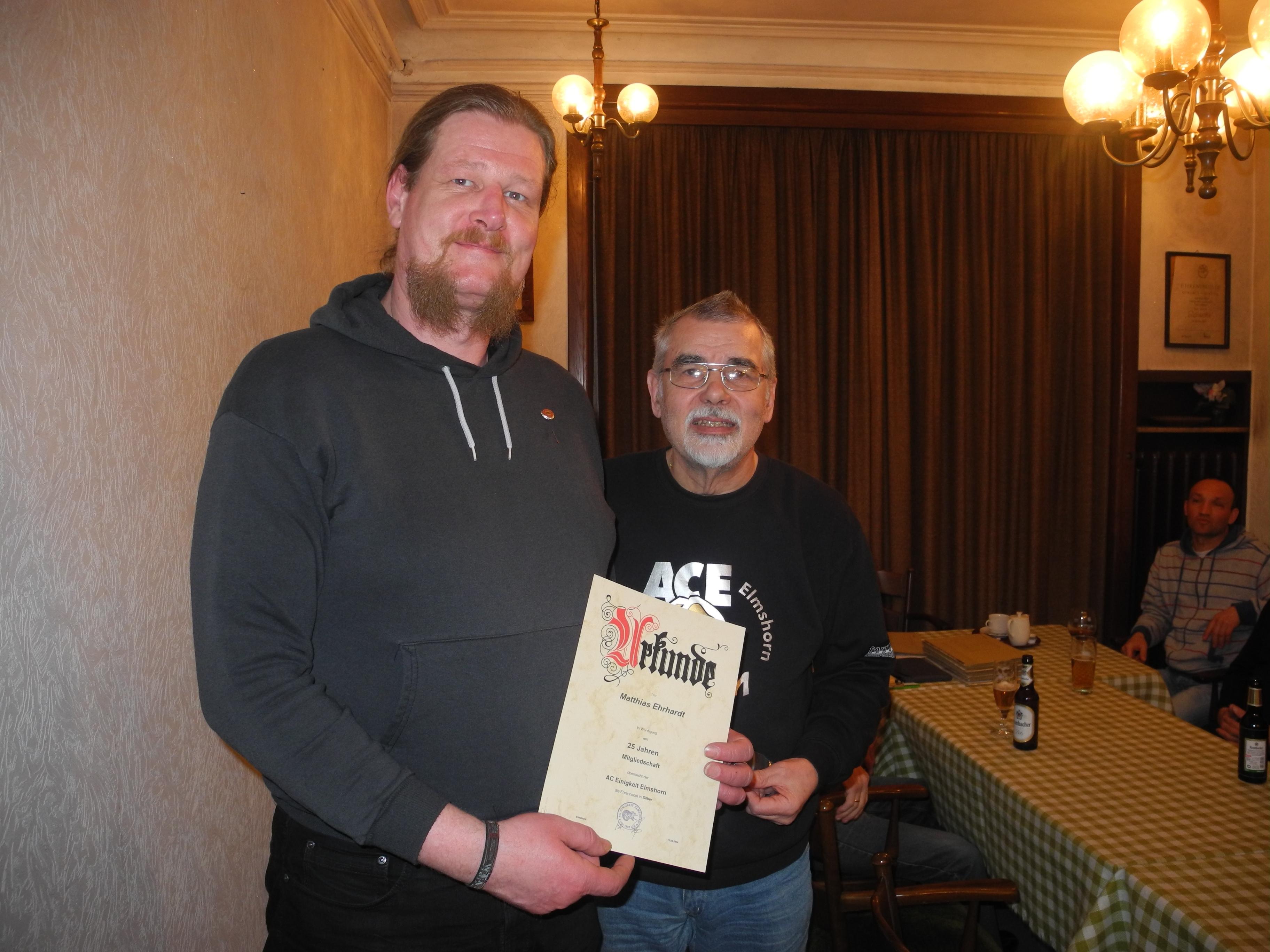 Matthias Ehrhardt (li.) - 25 Jahre Mitglied im AC Einigkeit Elmshorn