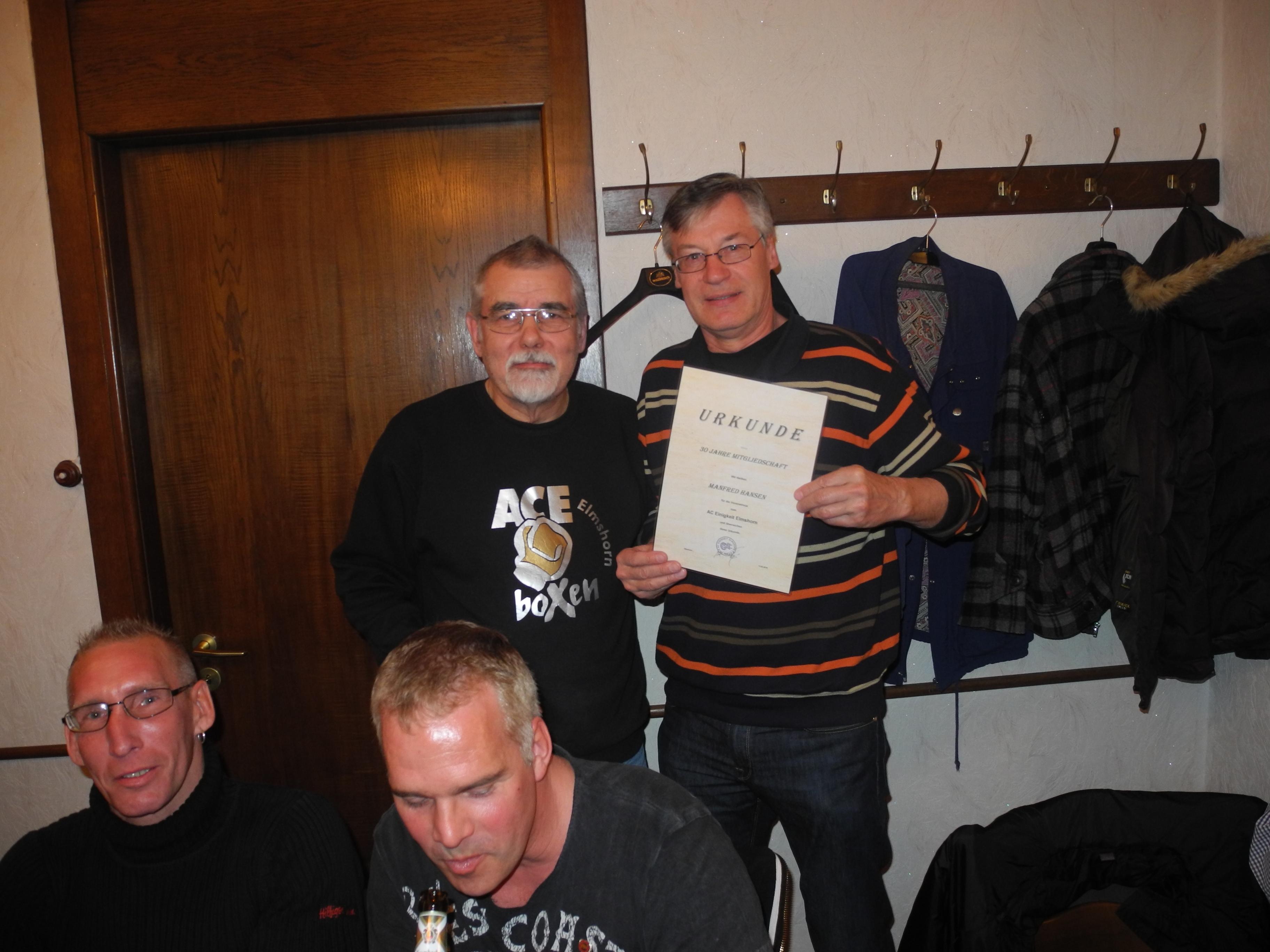 Manfred Hansen (re.) - 30 Jahre Mitglied im AC Einigkeit Elmshorn
